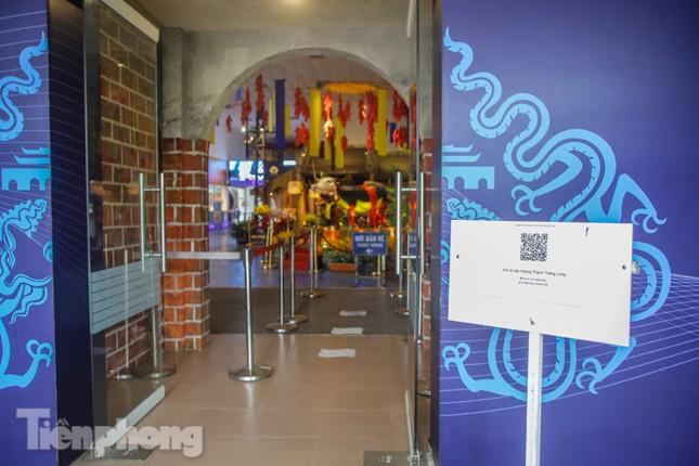 Di tích, đền chùa Hà Nội vắng lặng trong ngày mở lại ảnh 13