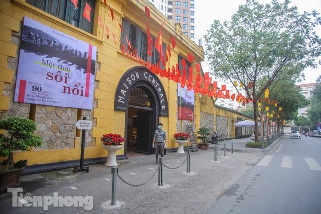 Di tích, đền chùa Hà Nội vắng lặng trong ngày mở lại ảnh 14