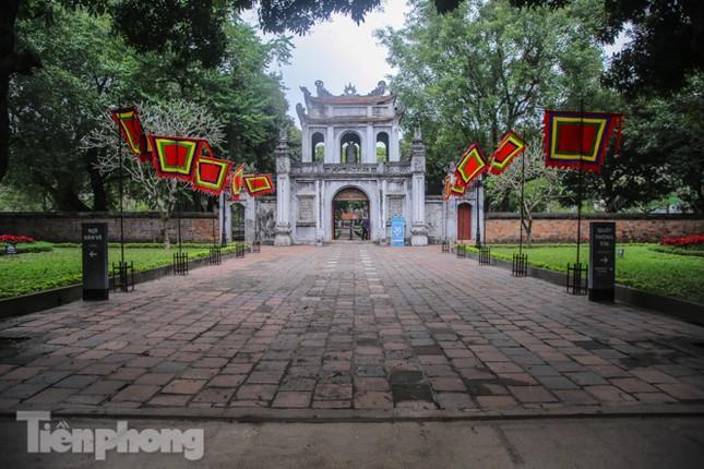 Di tích, đền chùa Hà Nội vắng lặng trong ngày mở lại ảnh 1