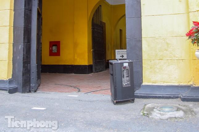 Di tích, đền chùa Hà Nội vắng lặng trong ngày mở lại ảnh 16