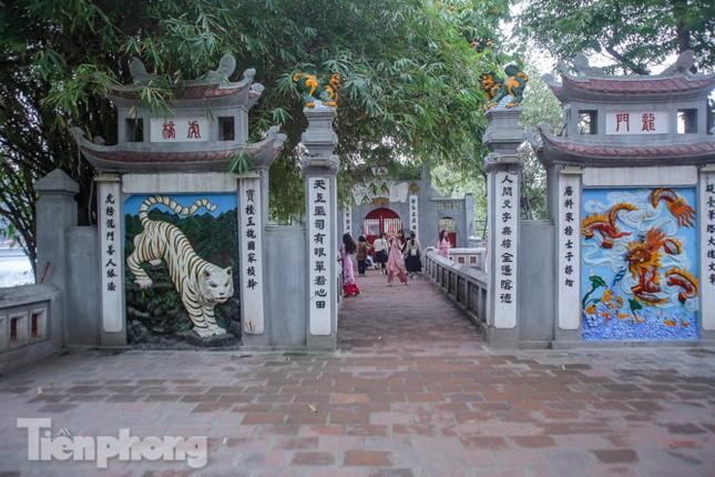 Di tích, đền chùa Hà Nội vắng lặng trong ngày mở lại ảnh 17