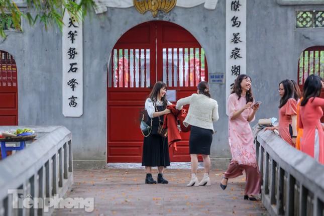 Di tích, đền chùa Hà Nội vắng lặng trong ngày mở lại ảnh 18