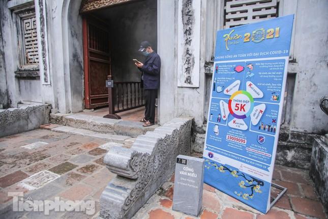 Di tích, đền chùa Hà Nội vắng lặng trong ngày mở lại ảnh 2