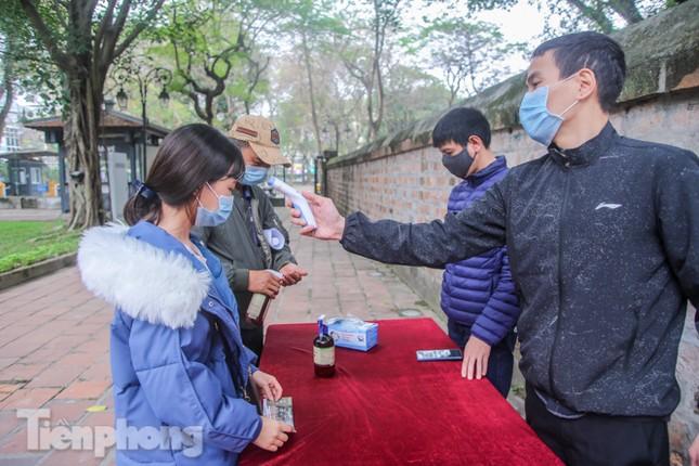Di tích, đền chùa Hà Nội vắng lặng trong ngày mở lại ảnh 4
