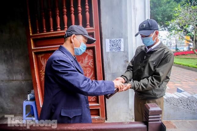 Di tích, đền chùa Hà Nội vắng lặng trong ngày mở lại ảnh 5