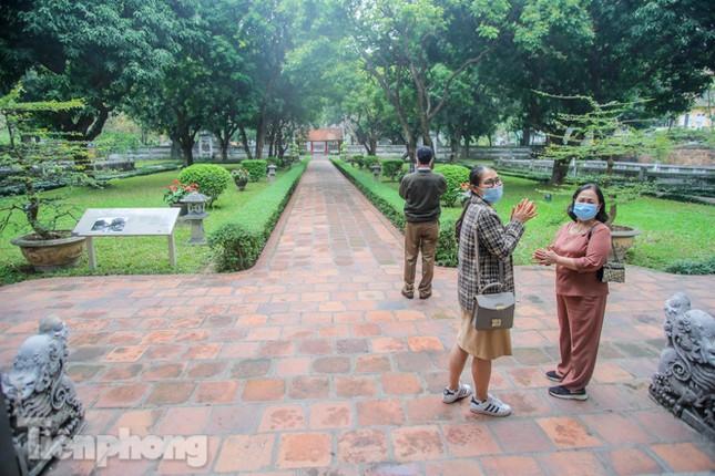 Di tích, đền chùa Hà Nội vắng lặng trong ngày mở lại ảnh 7