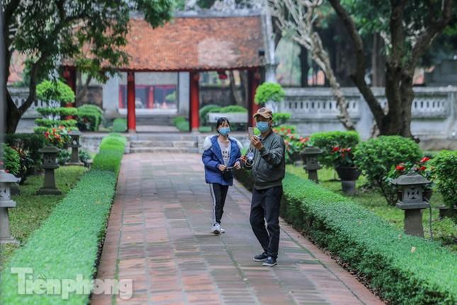 Di tích, đền chùa Hà Nội vắng lặng trong ngày mở lại ảnh 8