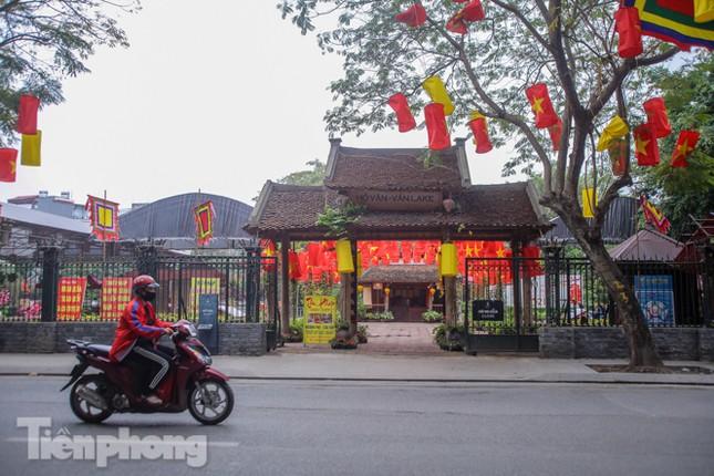 Di tích, đền chùa Hà Nội vắng lặng trong ngày mở lại ảnh 9
