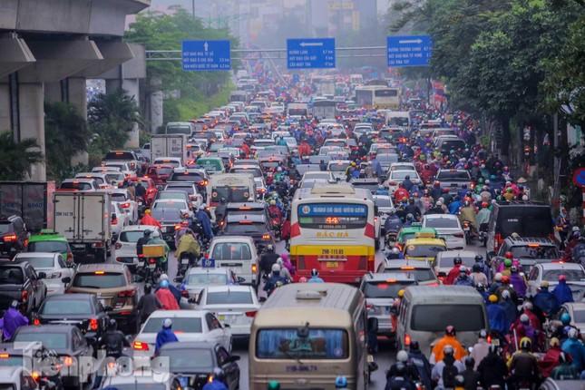 Trời chuyển mưa phùn, đường phố Hà Nội đông nghẹt nhiều giờ ảnh 1