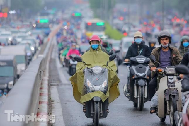 Trời chuyển mưa phùn, đường phố Hà Nội đông nghẹt nhiều giờ ảnh 11