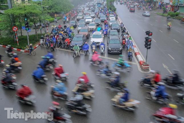 Trời chuyển mưa phùn, đường phố Hà Nội đông nghẹt nhiều giờ ảnh 12