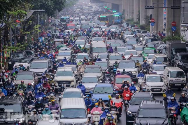Trời chuyển mưa phùn, đường phố Hà Nội đông nghẹt nhiều giờ ảnh 2