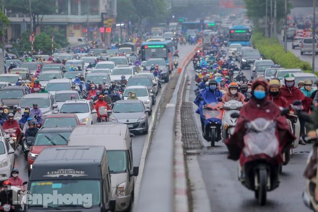 Trời chuyển mưa phùn, đường phố Hà Nội đông nghẹt nhiều giờ ảnh 3