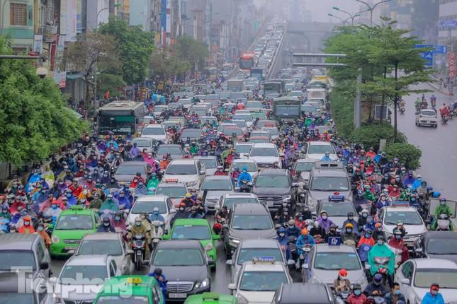 Trời chuyển mưa phùn, đường phố Hà Nội đông nghẹt nhiều giờ ảnh 4