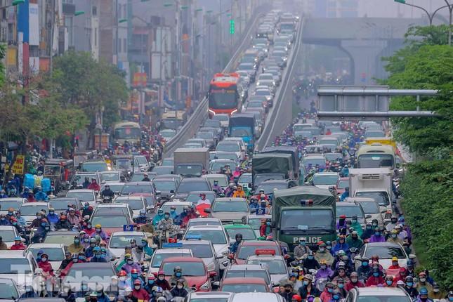 Trời chuyển mưa phùn, đường phố Hà Nội đông nghẹt nhiều giờ ảnh 5