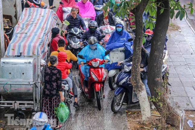 Trời chuyển mưa phùn, đường phố Hà Nội đông nghẹt nhiều giờ ảnh 6