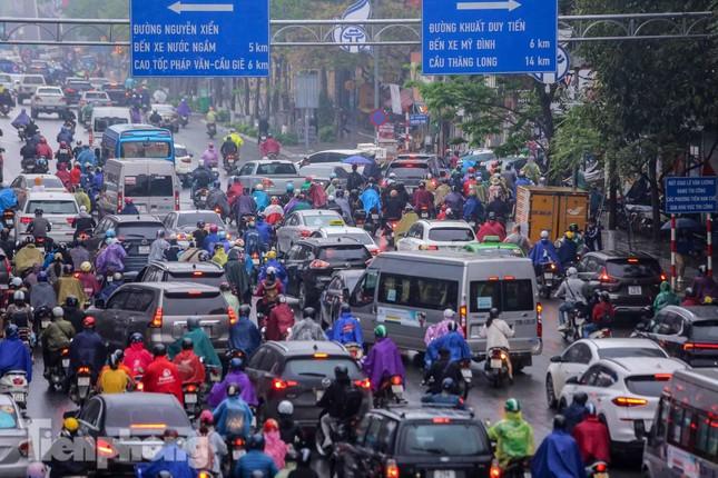 Trời chuyển mưa phùn, đường phố Hà Nội đông nghẹt nhiều giờ ảnh 7
