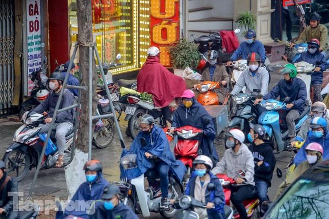 Trời chuyển mưa phùn, đường phố Hà Nội đông nghẹt nhiều giờ ảnh 8