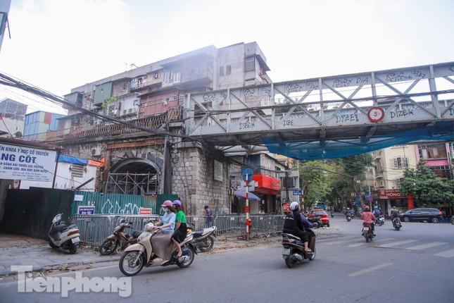 Thêm vòm cầu đá 'trăm tuổi' trên phố Phùng Hưng được đục thông thí điểm ảnh 1