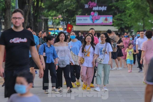 Chen chân lên Hồ Gươm hóng gió ngày nghỉ lễ Giỗ Tổ ảnh 1