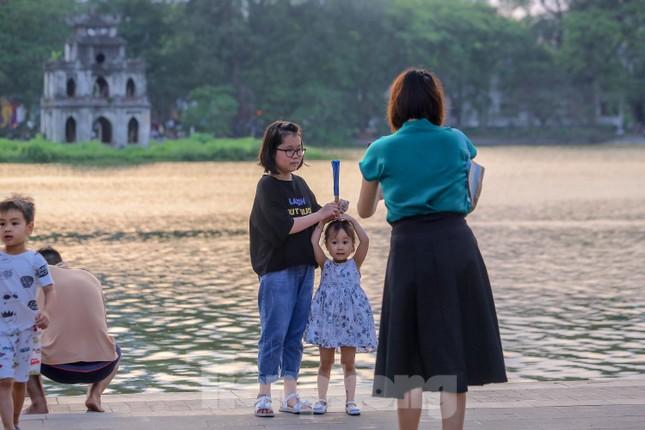 Chen chân lên Hồ Gươm hóng gió ngày nghỉ lễ Giỗ Tổ ảnh 13