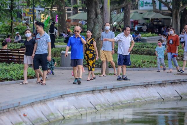 Chen chân lên Hồ Gươm hóng gió ngày nghỉ lễ Giỗ Tổ ảnh 14