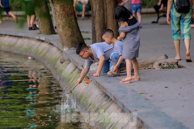 Chen chân lên Hồ Gươm hóng gió ngày nghỉ lễ Giỗ Tổ ảnh 15