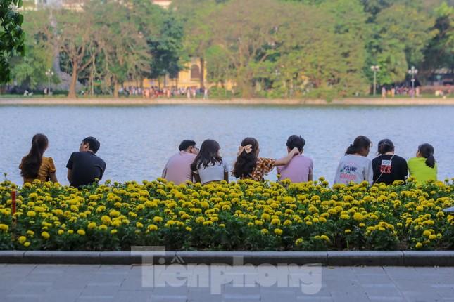 Chen chân lên Hồ Gươm hóng gió ngày nghỉ lễ Giỗ Tổ ảnh 3