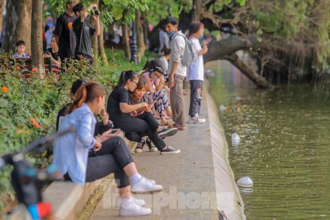 Chen chân lên Hồ Gươm hóng gió ngày nghỉ lễ Giỗ Tổ ảnh 4