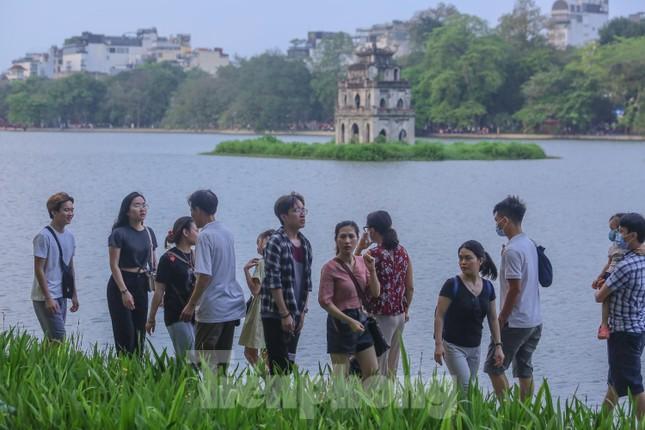 Chen chân lên Hồ Gươm hóng gió ngày nghỉ lễ Giỗ Tổ ảnh 6