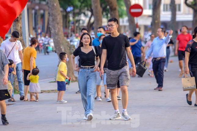 Chen chân lên Hồ Gươm hóng gió ngày nghỉ lễ Giỗ Tổ ảnh 7