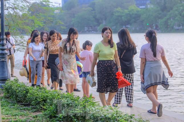 Chen chân lên Hồ Gươm hóng gió ngày nghỉ lễ Giỗ Tổ ảnh 9