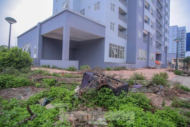 Khu chung cư tọa lạc vị trí 'đắc địa' ở Hà Nội thành nơi tập kết rác ảnh 4
