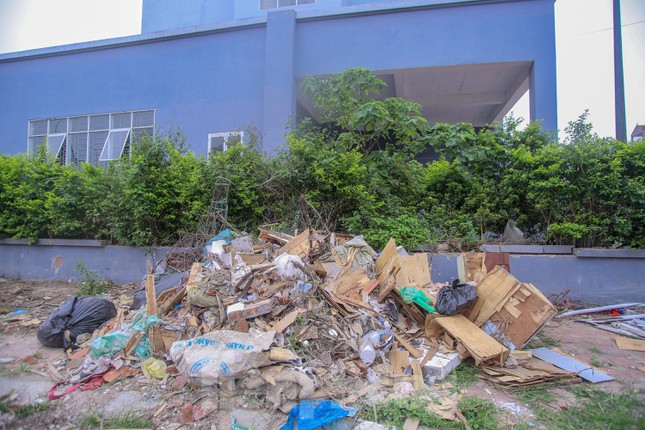 Khu chung cư tọa lạc vị trí 'đắc địa' ở Hà Nội thành nơi tập kết rác ảnh 5