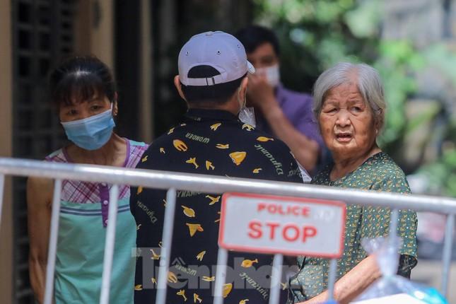 Hà Nội phong tỏa ngõ 94 Bùi Thị Xuân nơi ở của nhân viên quán bar nhiễm COVID-19 ảnh 10