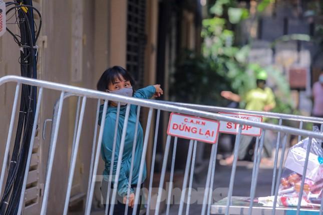 Hà Nội phong tỏa ngõ 94 Bùi Thị Xuân nơi ở của nhân viên quán bar nhiễm COVID-19 ảnh 14