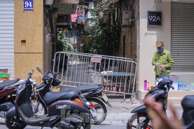 Hà Nội phong tỏa ngõ 94 Bùi Thị Xuân nơi ở của nhân viên quán bar nhiễm COVID-19 ảnh 1