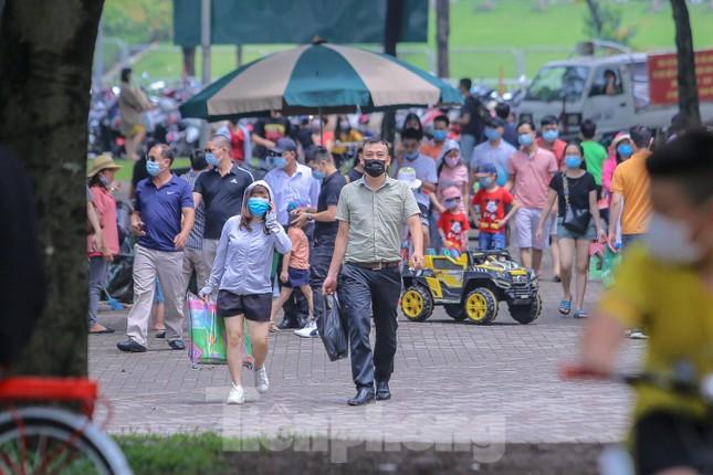 Đổ xô tới công viên Yên Sở cắm trại, nhiều người quên đeo khẩu trang ảnh 1