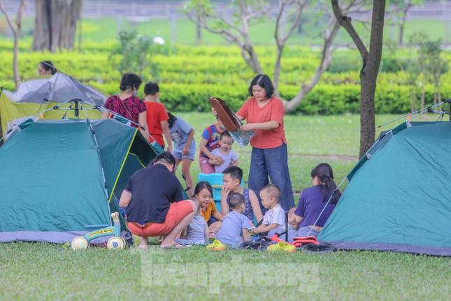 Đổ xô tới công viên Yên Sở cắm trại, nhiều người quên đeo khẩu trang ảnh 12