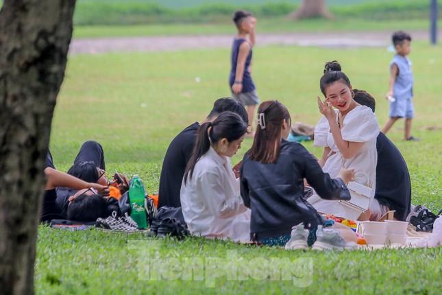 Đổ xô tới công viên Yên Sở cắm trại, nhiều người quên đeo khẩu trang ảnh 13