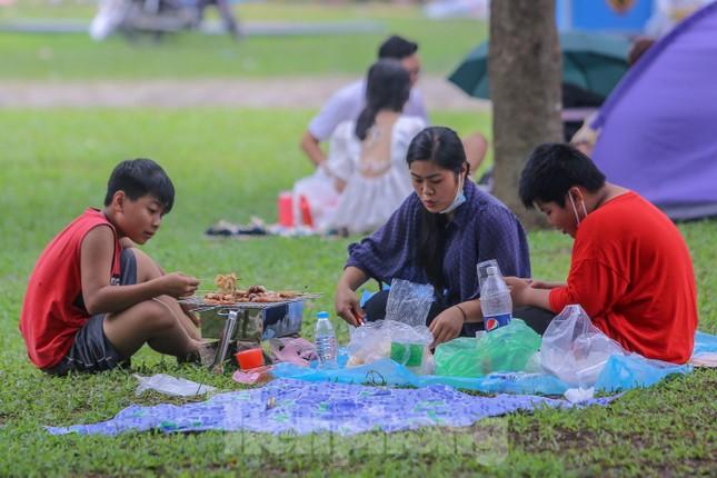 Đổ xô tới công viên Yên Sở cắm trại, nhiều người quên đeo khẩu trang ảnh 14