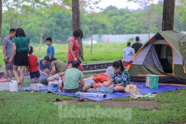 Đổ xô tới công viên Yên Sở cắm trại, nhiều người quên đeo khẩu trang ảnh 15
