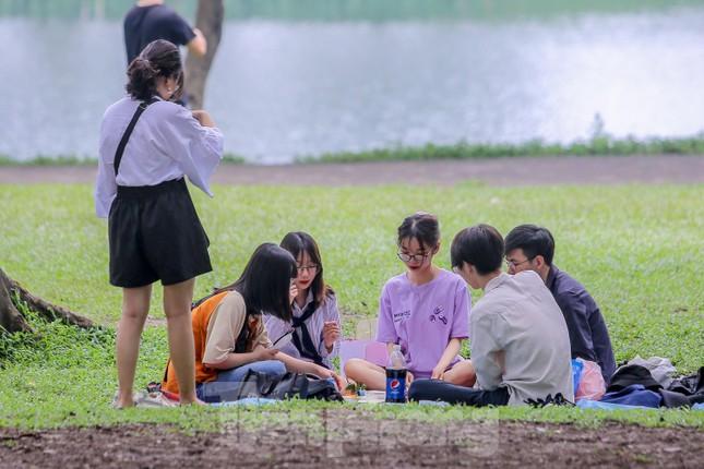 Đổ xô tới công viên Yên Sở cắm trại, nhiều người quên đeo khẩu trang ảnh 16