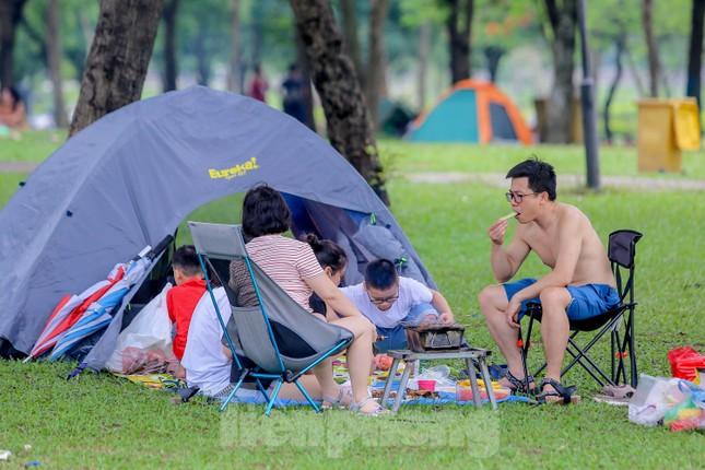 Đổ xô tới công viên Yên Sở cắm trại, nhiều người quên đeo khẩu trang ảnh 17