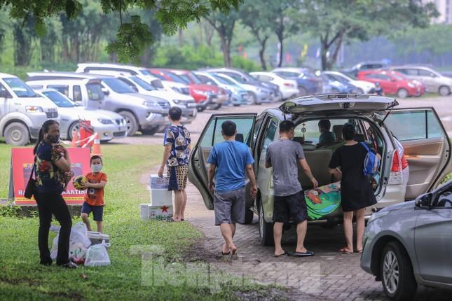 Đổ xô tới công viên Yên Sở cắm trại, nhiều người quên đeo khẩu trang ảnh 2