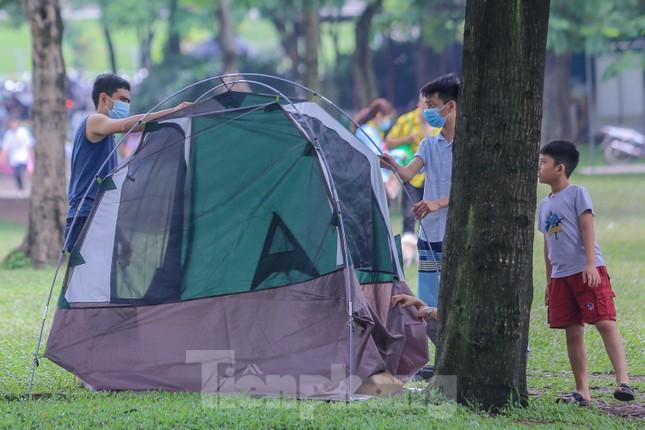 Đổ xô tới công viên Yên Sở cắm trại, nhiều người quên đeo khẩu trang ảnh 3