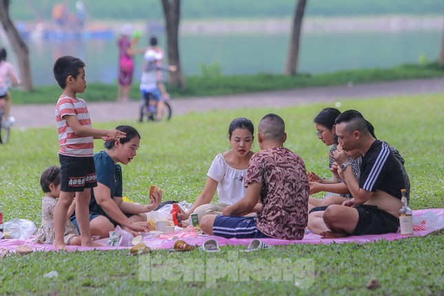 Đổ xô tới công viên Yên Sở cắm trại, nhiều người quên đeo khẩu trang ảnh 4