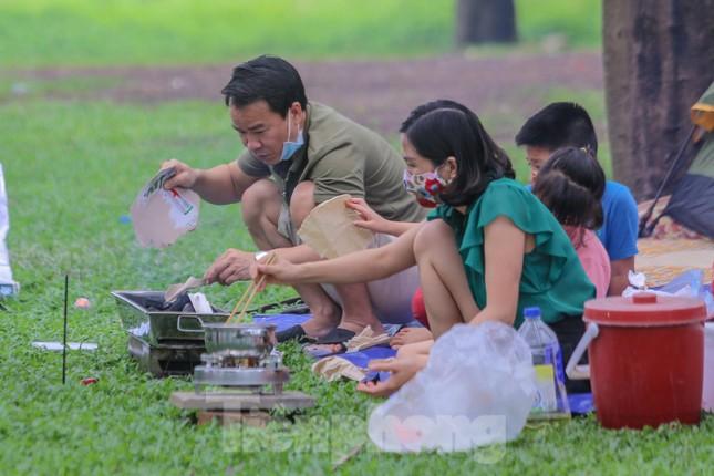 Đổ xô tới công viên Yên Sở cắm trại, nhiều người quên đeo khẩu trang ảnh 5