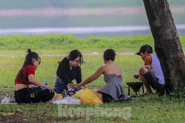 Đổ xô tới công viên Yên Sở cắm trại, nhiều người quên đeo khẩu trang ảnh 6