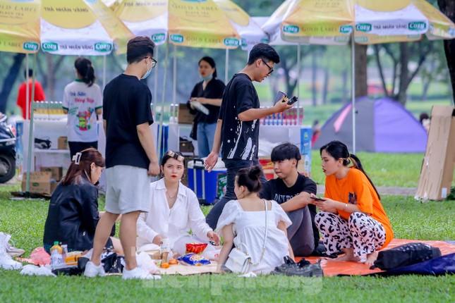 Đổ xô tới công viên Yên Sở cắm trại, nhiều người quên đeo khẩu trang ảnh 7